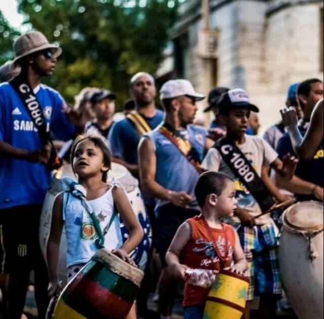 Cuerda de tambores de la comparsa de candombe C1080 ensayando