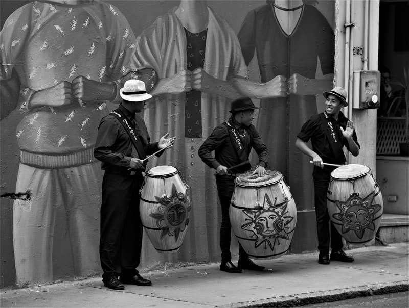 Tres percusionistas tomando tambores interpretando candombe