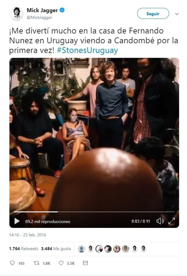 Mick Jagger observa a varias personas tocando tambores en una casa de Montevideo