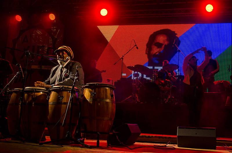 Rúben Rada actúa en un concierto, sentado detrás de tres tambores