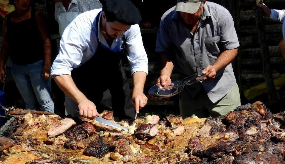asador sirviendo asado con cuero desde una parrilla al aire libre tradiciones uruguayas