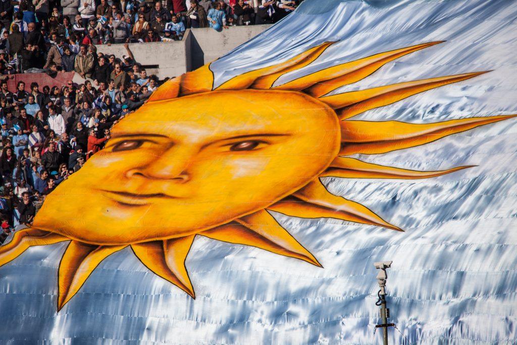 hinchas desplegando bandera gigante de Uruguay en el Estadio Centenario fútbol uruguayo