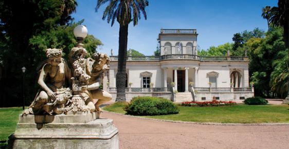 Imagen del frente del Museo Juan Manuel Blanes; una vieja casona en dos platas, rodeada de un parque