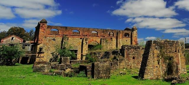 Restos de la Represa de Cuñapirú; se observan varias construcciones de ladrillo en ruinas