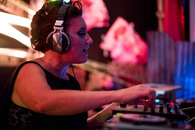 Imagen de Paola Dalto tocando sobre una bandeja de discos en una fiesta electrónica