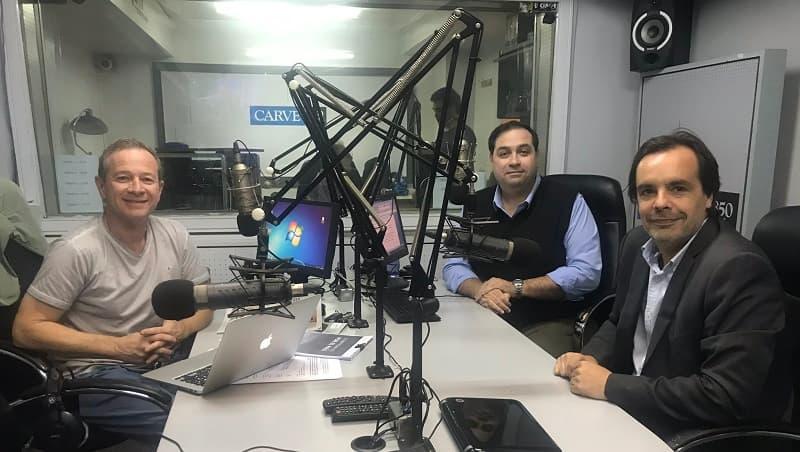 Daniel Castro, Gustavo Harreguy (Informativo Carve - Radio Carve) y Andrés Gil (5M Travel Group), dentro de un estudio de radio mirando a la cámara.
