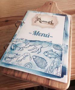 Imagen del menú de Las Rocas Restó: sobre un fondo blanco hay dibujos en azul de peces, calamares, mariscos, etc.