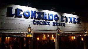 Imagen del frente del Restaurante Leonardo Etxea en la noche