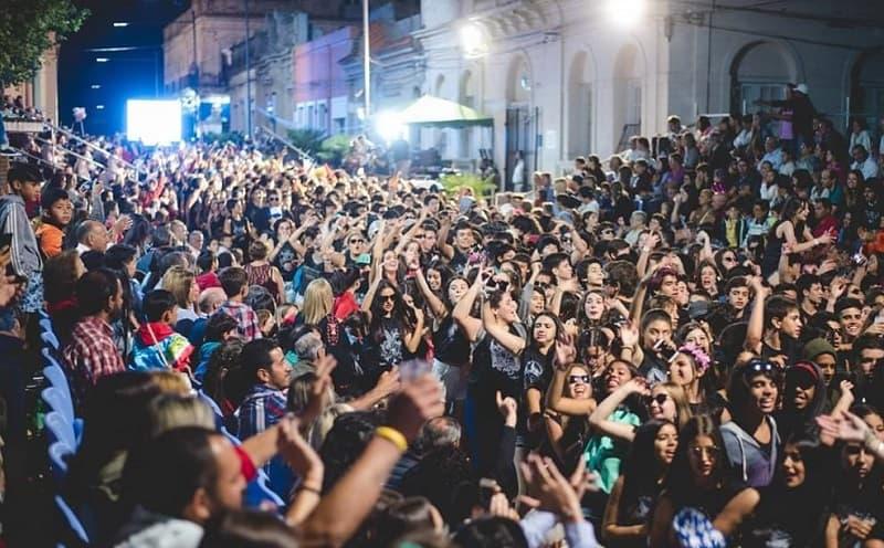 Una muchedumbre desfila bailando por la calle principal de la ciudad de Melo