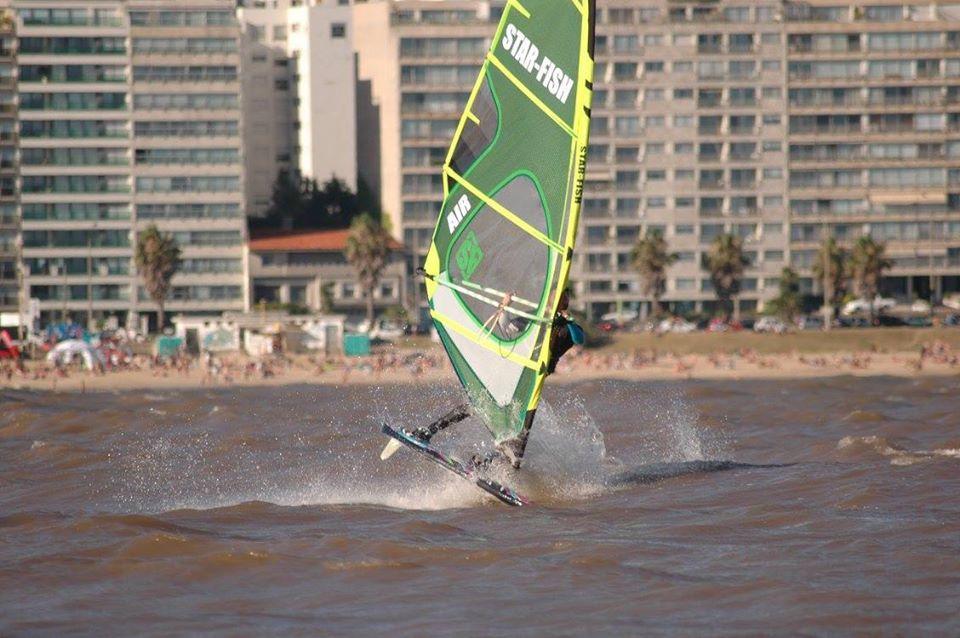 Imagen de una persona practicando windsurf en el Río de la Plata, frente a las costas de Montevideo.