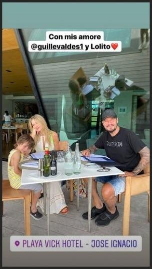 Captura de una historia de Instagram en la que aparece Marcelo Tinelli con su familia sentados a una mesa del restaurante de Playa Vick de José Ignacio