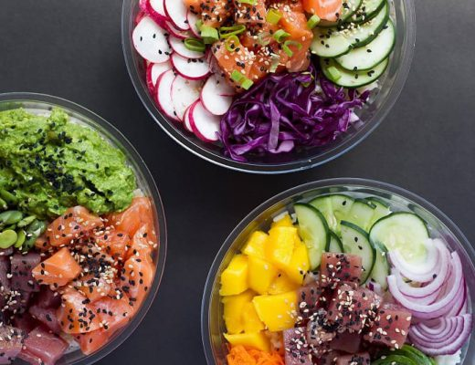 Tres bowls plásticos con ensaladas multicolores