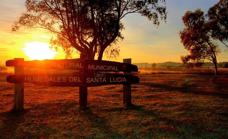 Cartel que indica el ingreso a Humedales de Santa Lucína, uno de los parques nacionales de Uruguay