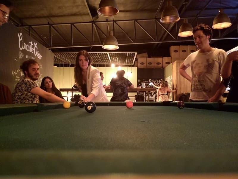 Varias personas jugando al pool