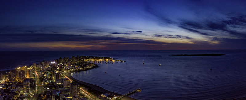 Imagen aérea nocturna de la península de Punta del Este
