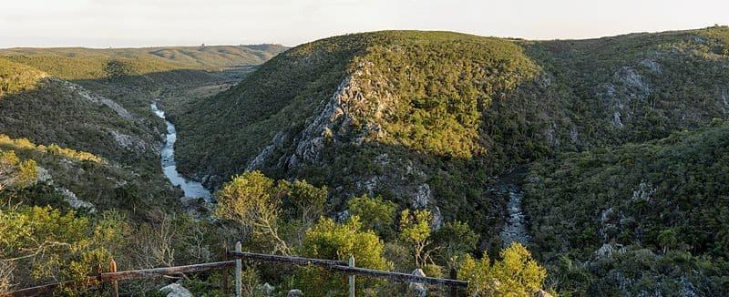 Vista aérea de la Quebrada de los Cuervos, uno de los parques nacionales de Uruguay; el Arroyo Yerbal atraviesa las sierras tupidas de vegetación