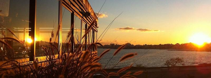 Vista de un atardecer sobre la rambla de Montevideo, desde un lateral del restaurante Hemingway