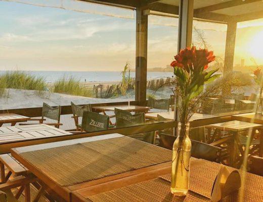 Vista al Río de la Plata, desde el interior del restaurante Salmuera Café Bistró, en Montevideo