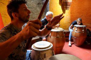 Fernando Gómez, Conrado Hughes y Manuela Da Silveira tocando candombe en Tamborilearte junto a otras personalidades