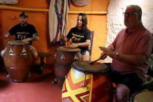 Alberto Sonsol, Patricia Madrid y El Gaucho Influencer tocando candombe en Tamborilearte junto a otras personalidades