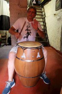 Alberto Kesman tocando candombe