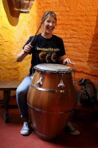 Manuela Di Silveira tocando candombe en Tamborilearte junto a otras personalidades