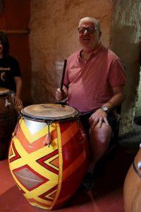 Alberto Sonsol tocando candombe