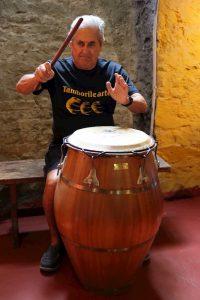 Conrado Hughes tocando candombe en Tamborilearte junto a otras personalidades