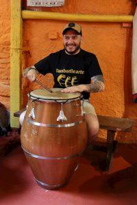 El Gaucho Influencer tocando candombe en Tamborilearte junto a otras personalidades